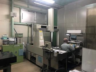 恒温環境の検査室で品質保証を実施